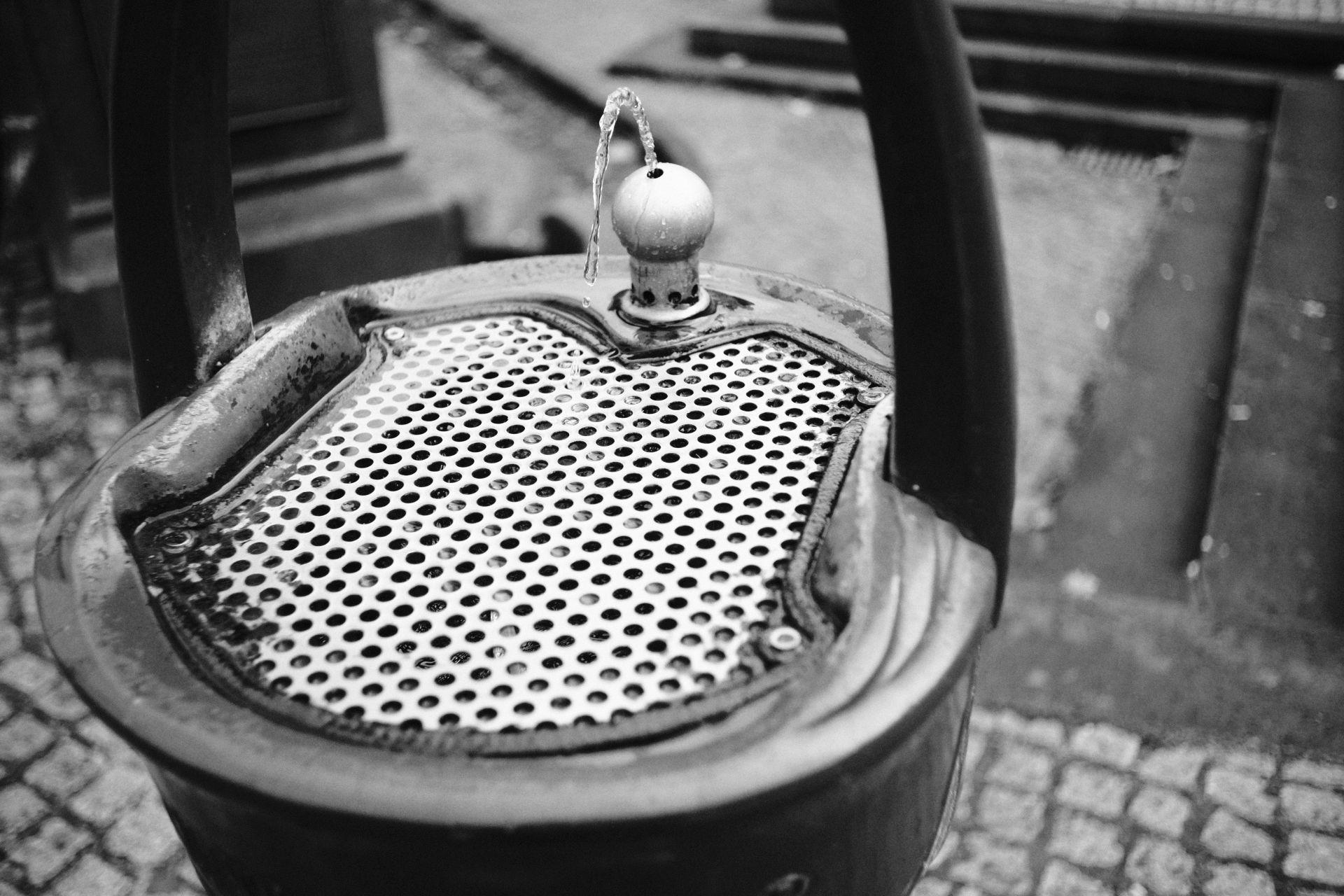 Trinkwasser am Friedensplatz 1/3500sec ISO-3200 22mm