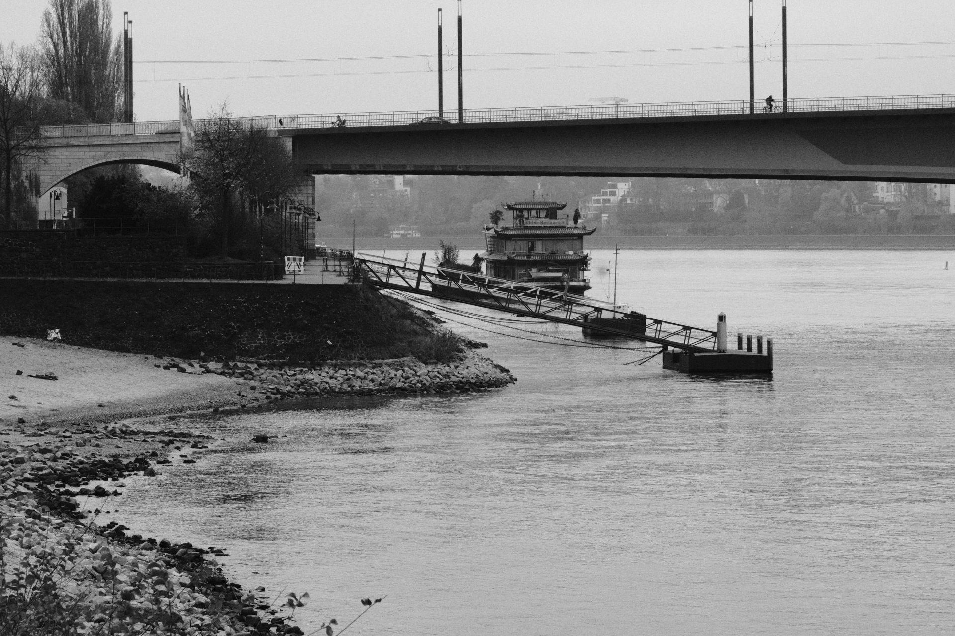 Kennedybrücke f/16 1/500sec ISO-5000 93.2mm